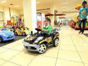 Mobil mainan pun melaju mengucurkan rupiah