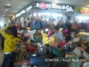 Sentra tas wanita Senen  Pedagang tas berburu tas di sentra ini (2) 33ff29d21c