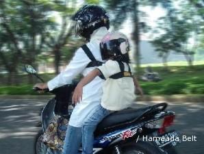 Mengikat laba dari alat boncengan anak di sepeda motor