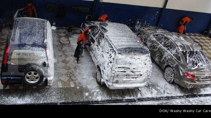 Jasa cuci mobil berjalan di tempat
