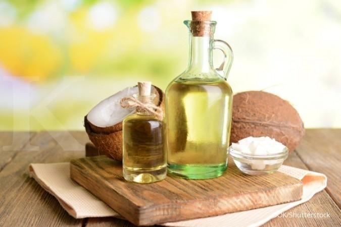 Salah satu cara menghilangkan ketombe adalah memakai minyak kelapa.