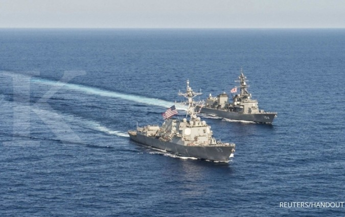 Arleigh Burke-class guided-missile destroyer USS Mustin (DDG 89) transits in formation with Japan Maritime Self-Defense Force ship JS Kirisame (DD 104) during bilateral training in South China Sea on April 21, 2015. Courtesy David Flewellyn/U.S. Navy/Hand
