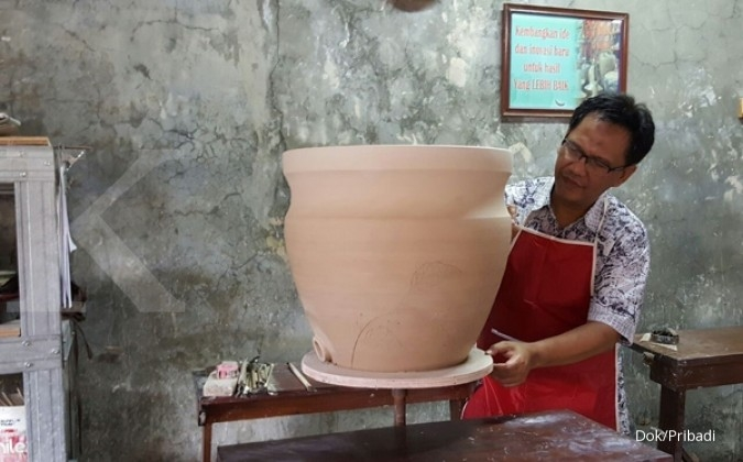 Suryo sukses mendirikan pabrik keramik (1)