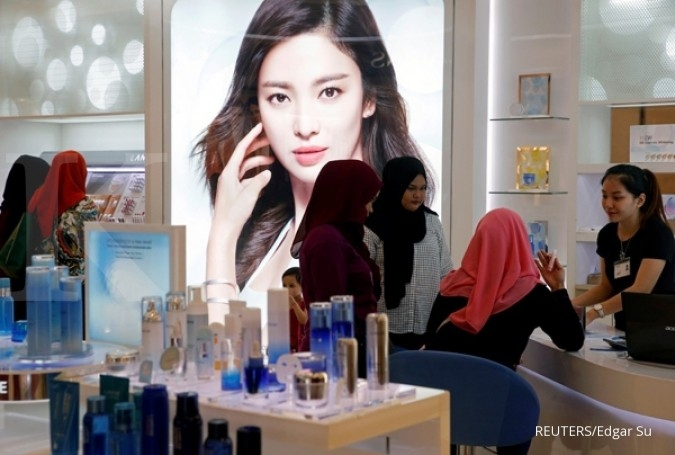 FILE PHOTO: Women shop for cosmetics and face care products at a mall in Kuala Lumpur August 27, 2016. REUTERS/Edgar Su/File Photo GLOBAL BUSINESS WEEK AHEAD - SEARCH GLOBAL BUSINESS 17 APR FOR ALL IMAGES
