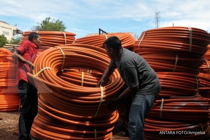 Petugas mempersiapkan kabel fiber optik pengganti kabel tembaga di pusat sentral operasional PT Telkom, Banda Aceh, Aceh, Kamis (6/7).