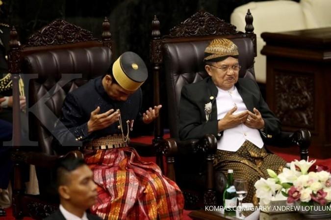 Ini sebabnya Jokowi-JK bertukar baju adat