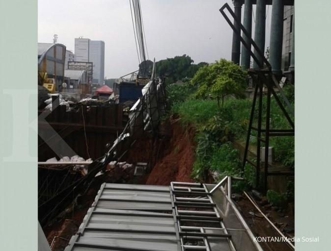 Pagar proyek LRT depan Menara Saidah ambles