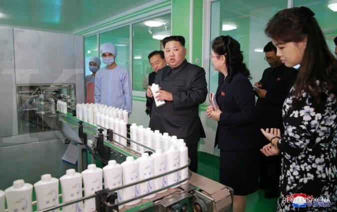 Kim Jong Un dan istri mengunjungi pabrik kosmetik