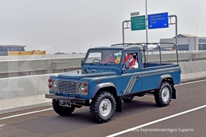 Pantau Tol Becakayu, Jokowi gaya naik Land Rover