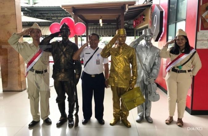 Manusia patung pahlawan beraksi di Stasiun Gambir