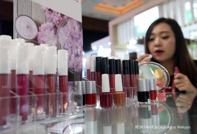 Alergi dengan produk make up jadi salah satu penyebab benjolan di bibir.