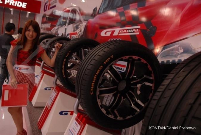 Stan ban mobil GT Radial produksi PT Gajah Tunggal Tbk (GJTL) saat Indonesia International Motor Show (IIMS) 2013 di Jakarta International Expo, Kemayoran, Rabu (25/10). KONTAN/Daniel Prabowo/25/10/2013