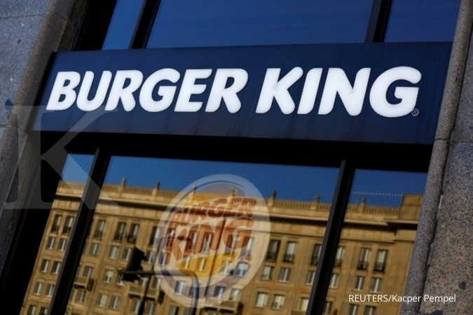 Promo Burger King Septembersama 18-30 September 2020. Burger King logo is seen in a restaurant in a communist-era building in Warsaw, Poland October 2, 2017. REUTERS/Kacper Pempel.