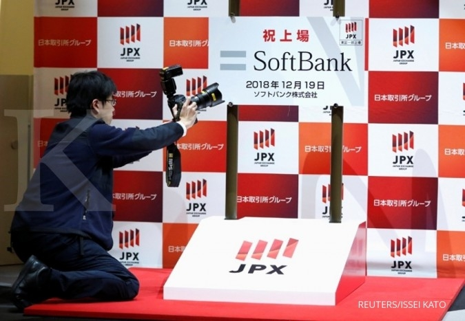 A photographer takes a photo of the logo of SoftBank Corp. during a ceremony to mark the company's debut on the Tokyo Stock Exchange in Tokyo, Japan December 19, 2018. REUTERS/Issei Kato