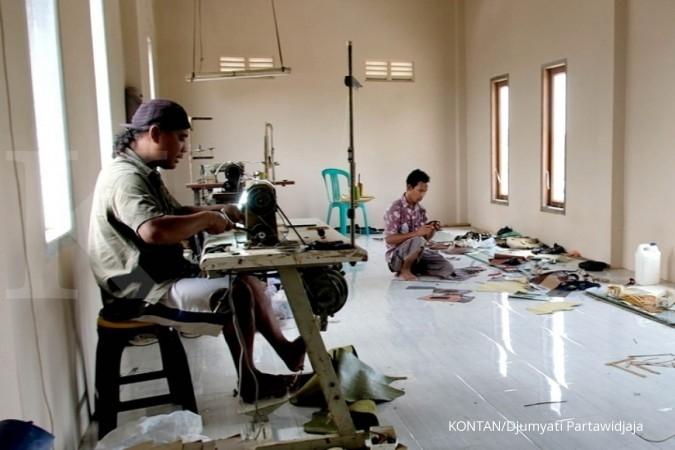 sentra ukm kerajinan kulit di Kendal/Semarang saat liputan Jelajah Ekonomi KONTAN Tol Trans Jawa