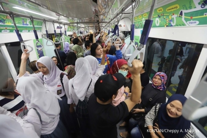 Passengers only permitted to break the fast with water, dates inside MRT trains
