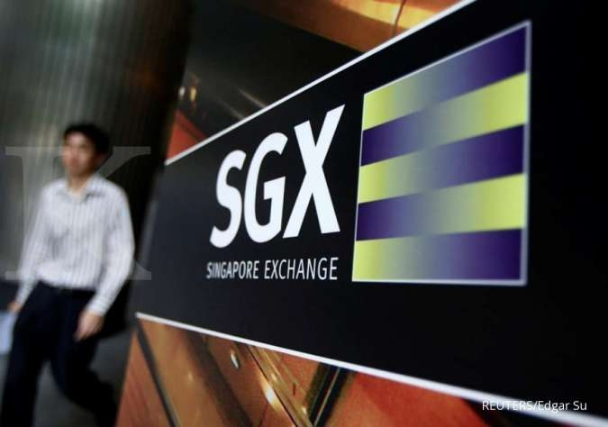 FILE PHOTO - An office worker walks past a logo of the Singapore Exchange (SGX) outside its premises in the financial district of Singapore April 23, 2014. REUTERS/Edgar Su/File Photo