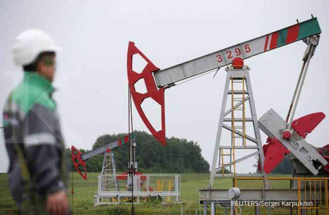 Oil prices edge down, pressured by U.S. supply