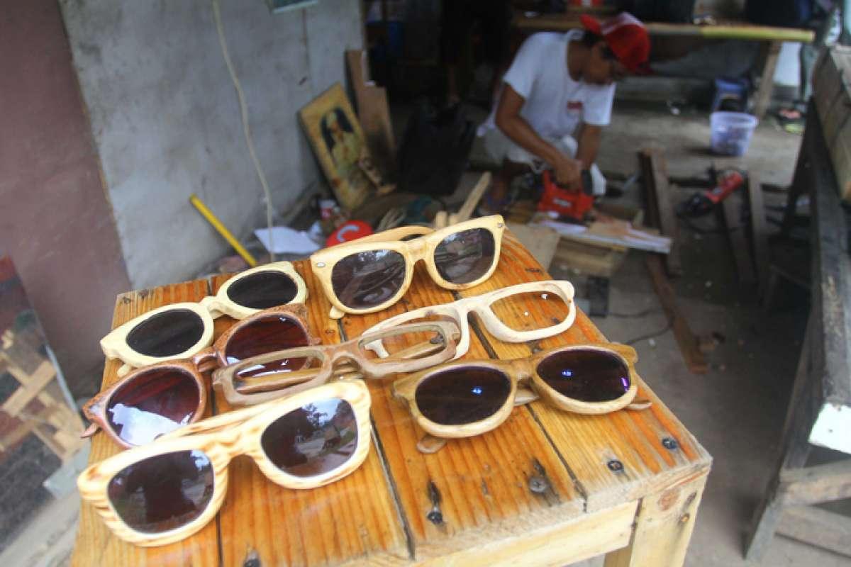 Perajin kacamata kayu