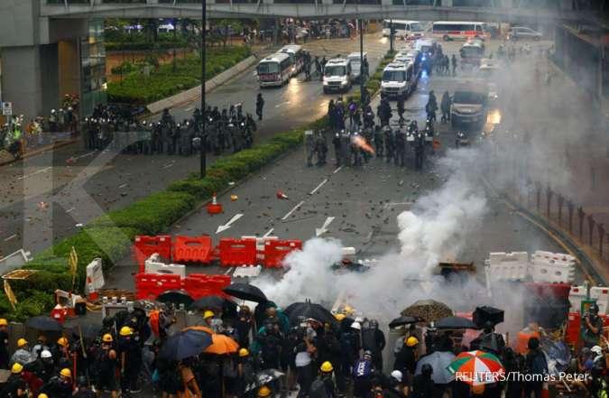 Hong Kong mencekam: Aksi unjuk rasa damai berubah jadi rusuh, stasiun MTR dibakar