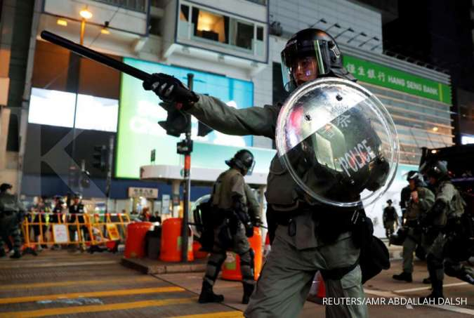 Hong Kong police fire tear gas, water cannon to clear tourist district protesters