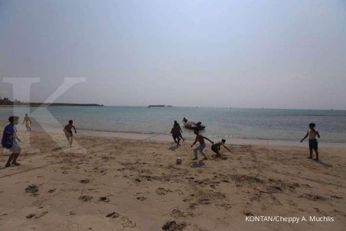 Anak-anak bermain bola di Pantai Sumur, Pandeglang, Banten setelah adanya tsunami.