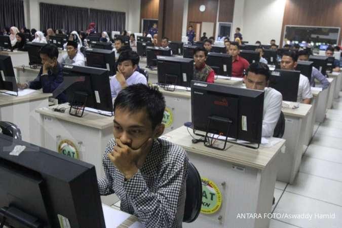 Sejumlah peserta calon pegawai negeri sipil mengikuti simulasi ujian berbasis computer assisted test (CAT). ANTARA FOTO/Aswaddy Hamid/ama.