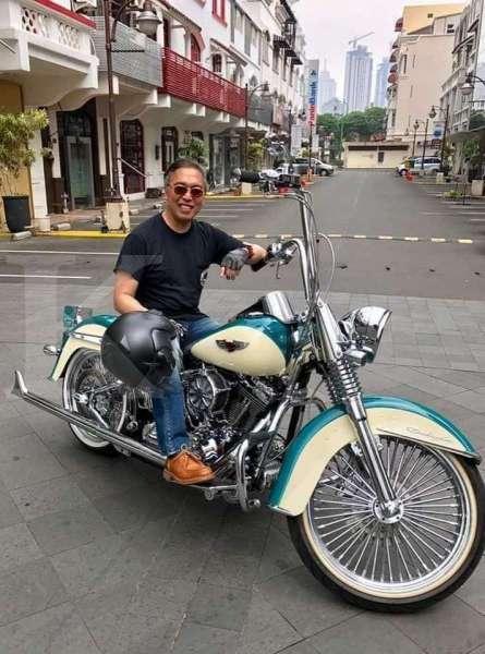 Hary Prasetyo berfoto dengan motor Harley Davidson Panhead