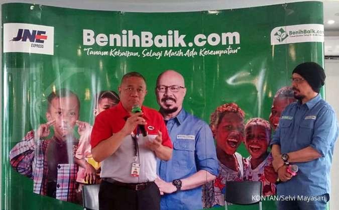 Presiden Direktur JNE M. Feriadi bersama CEO BenihBaik.com Andy F Noya saat kerjasama di Jakarta (7/1).
