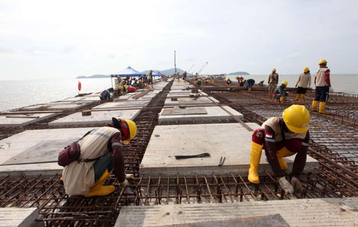 Pembangunan jalan penghubung dermaga Terminal Kijing