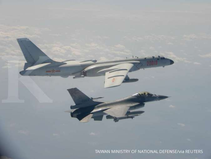 Pesawat pembom H-6 Angkatan Udara China PLA terbang dekat Pesawat Tempur F-16 Taiwan pada foto selebaran 10 Februari 2020 ini yang disediakan oleh Kementerian Pertahanan Nasional Taiwan. Dalam sebuah pernyataan, kementerian mengatakan para pejuang J-11 Ti
