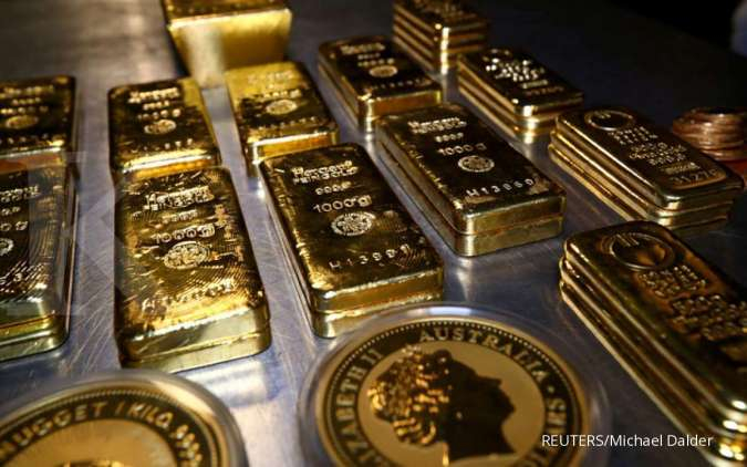 Gold rises on pandemic fears; palladium scales new peak