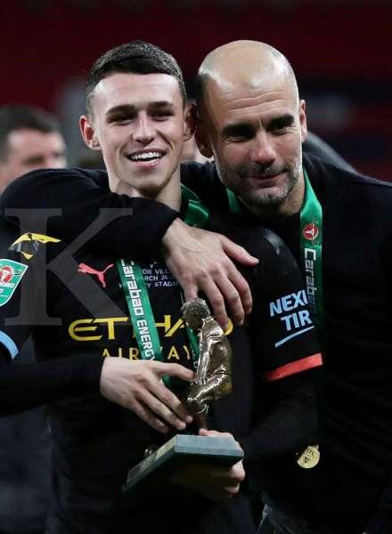 Manajer Manchester City manager Pep Guardiola dan Phil Foden merayakan kemenangan usai pertandingan.