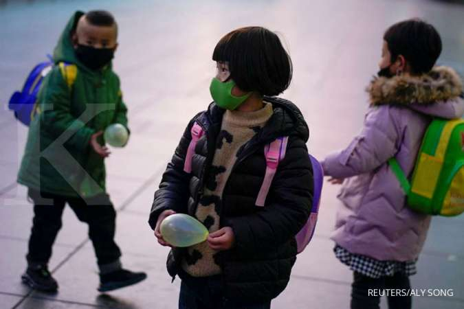 China sees fewer coronavirus cases, wary of international travellers