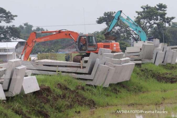 ILUSTRASI. Pekerja beraktivitas di proyek pembangunan jalan sebagai jalur utama menuju lokasi pembangunan bandara di Desa Bulusari, Kediri, Jawa Timur, Kamis (5/3/2020). Pembangunan jalan tersebut untuk mengejar target groundbreaking pembangunan bandara pada April 2