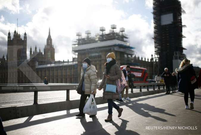 The Houses of Parliament can be seen as people wearing protective face masks walk across Westminster Bridge, as the number of coronavirus (COVID-19) cases around the world continues to grow, in London, Britain, March 11, 2020. REUTERS/Henry Nicholls