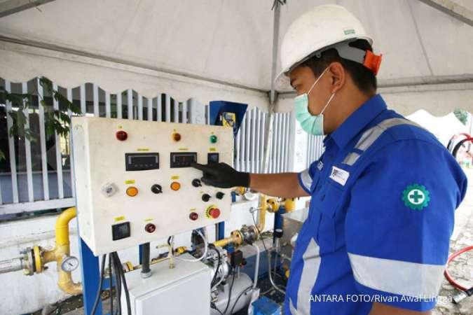 Petugas PGN memasok gas bumi di Wisma Atlet Kemayoran, Jakarta, Senin (23/2/2020). PT Perusahaan Gas Negara Tbk. (PGN) menyalurkan gas bumi untuk mendukung kebutuhan bagi tenaga medis maupun pasien di Wisma Atlet Kemayoran yang dijadikan pusat rehabilitas