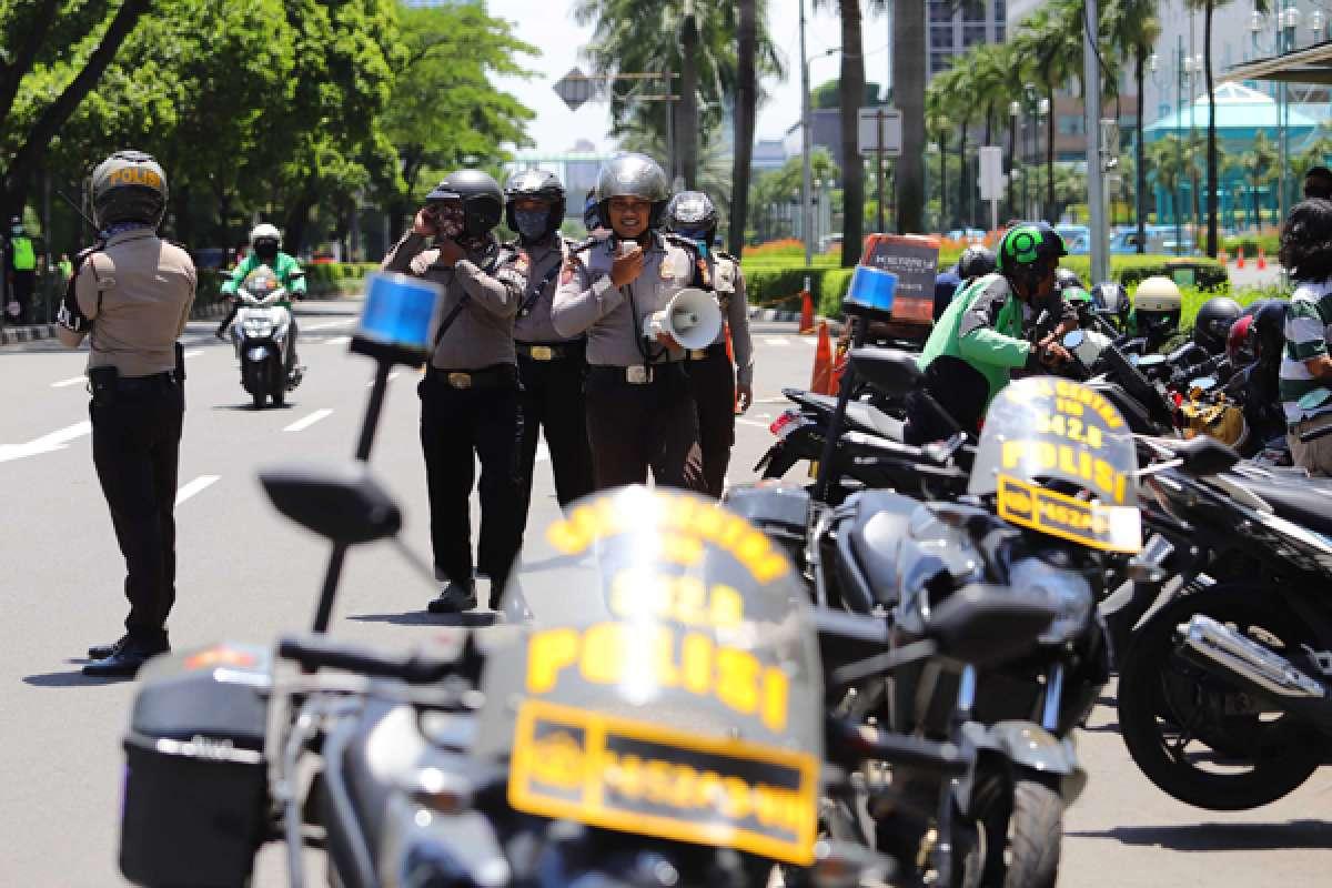 Polisi himbau pengemudi ojol yang berkerumun