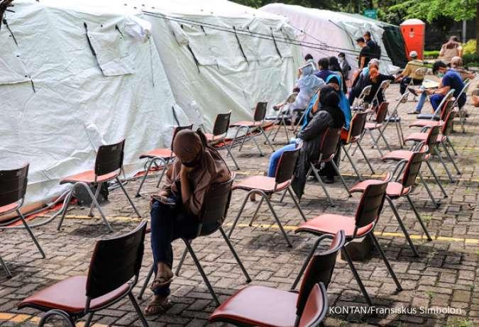 Warga mengatre tes cepat pemeriksaan Covid-19 di RSUD Pasar Minggu, Jakarta