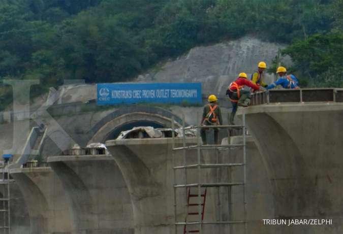 ILUSTRASI. Pekerja proyek KCIC melakukan pekerjaannya di area Proyek Outlet Terowongan #11, Gunung Bohong, Kota Cimahi, Rabu (08/04/2020). Proyek ini sempat dihentikan sementara oleh Kementerian Pekerjaan Umum dan Perumahan Rakyat (PUPR) sejak 2 Maret 2020, PT KCIC