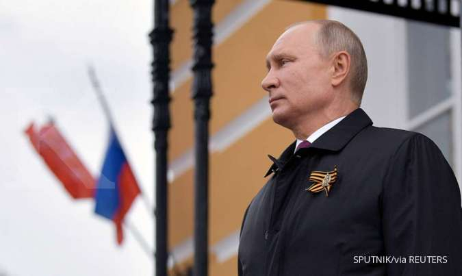 Russian President Vladimir Putin watches an air parade on Victory Day, which marks the anniversary of the victory over Nazi Germany in World War Two, amid the outbreak of the coronavirus disease (COVID-19) in central Moscow, Russia May 9, 2020. Sputnik/Al