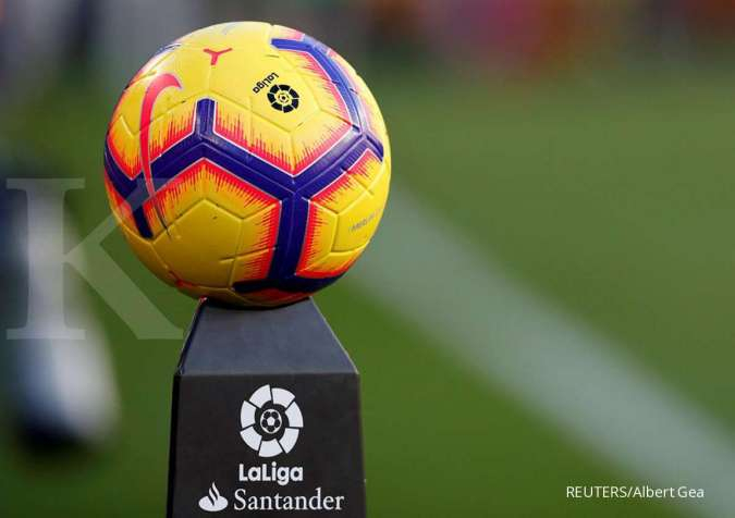 FILE PHOTO: Soccer Football - La Liga Santander - FC Barcelona v Real Betis - Camp Nou, Barcelona, Spain - November 11, 2018 The match ball on display before the match REUTERS/Albert Gea/File Photo