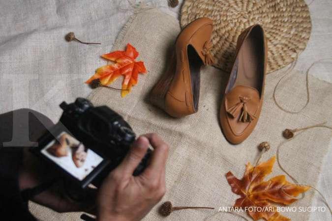 Menggunakan sepatu berhak rendah bisa jadi cara menghindari sakit pinggang saat hamil.