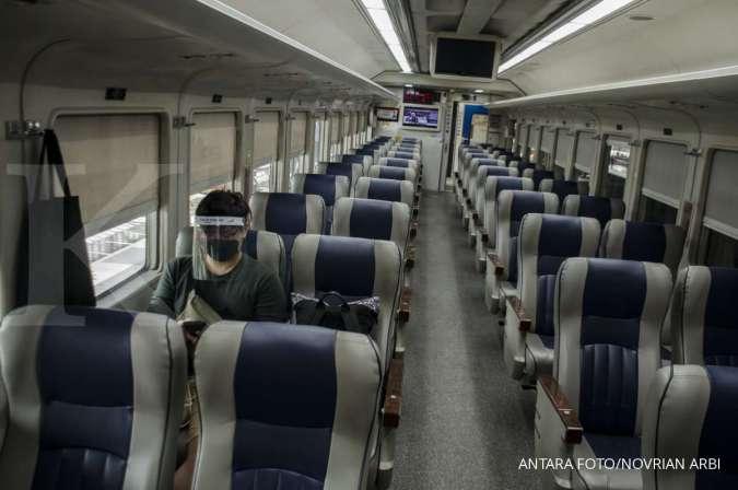 Penumpang duduk di gerbong Kereta Argo Parahyangan rute Bandung-Gambir PP di Stasiun Bandung, Jawa Barat, Jumat (10/7/2020). PT Kereta Api Indonesia kembali mengoperasikan kereta jarak jauh rute Bandung menuju Jakarta dan sebaliknya pada era normal baru y