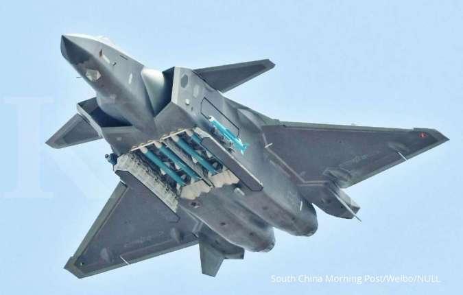 Pesawat siluman J-20 bermanuver dan memamerkan persenjataannya di udara pada acara Zhuhai air show, November 2018.