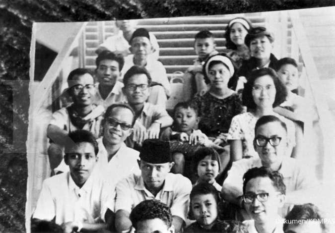 Foto bersama Jacob Oetama-PK Ojong bersama sejumlah staf redaksi KOMPAS