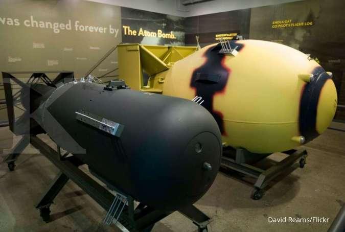 Replika bom Little Boy (hitam) dan Fat Man (kuning)