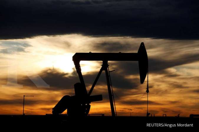 FILE PHOTO: The sun sets behind a crude oil pump jack on a drill pad in the Permian Basin in Loving County, Texas, U.S. November 24, 2019. Picture taken November 24, 2019. REUTERS/Angus Mordant/File Photo