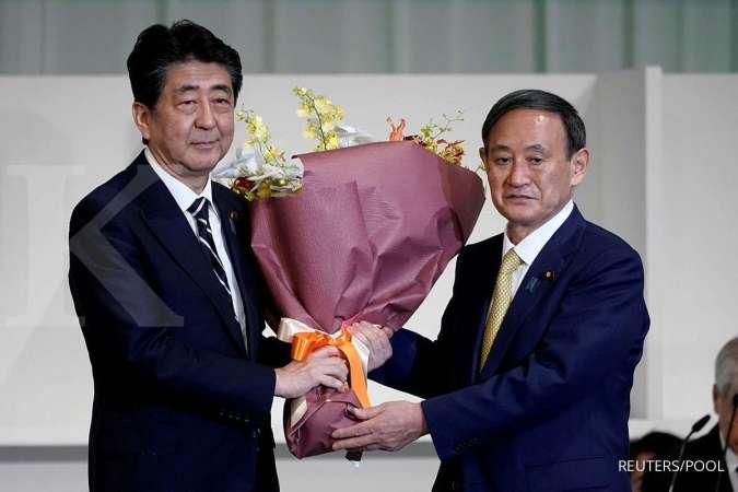 PM Jepang yang baru Yoshihide Suga dan mantan PM Jepang Shinzo Abe.
