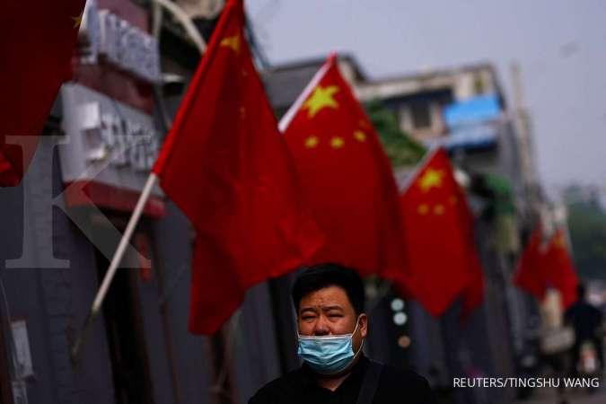 Warga mengenakan masker di Beijing